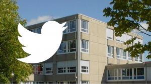 Das Twitterlogo vor dem Pictoriusgebäude.
